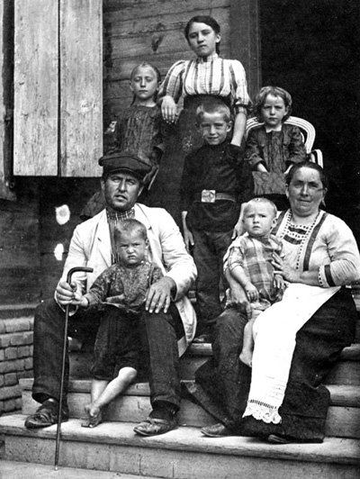 Norka Schulmeister (Schoolmaster) Carl Leonhardt and family in 1904 or 1905